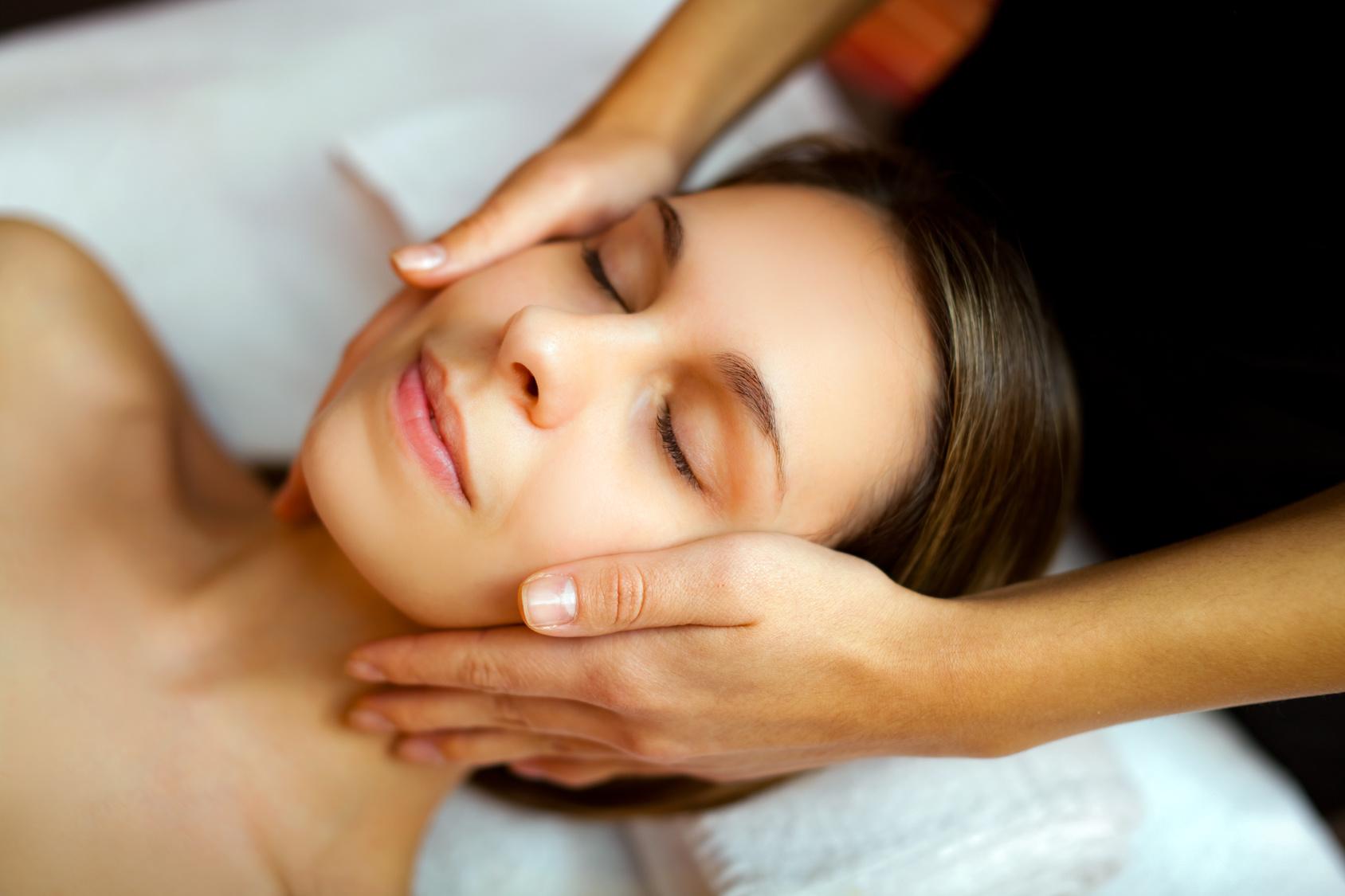 Massage bien-être du visage © Fotolia
